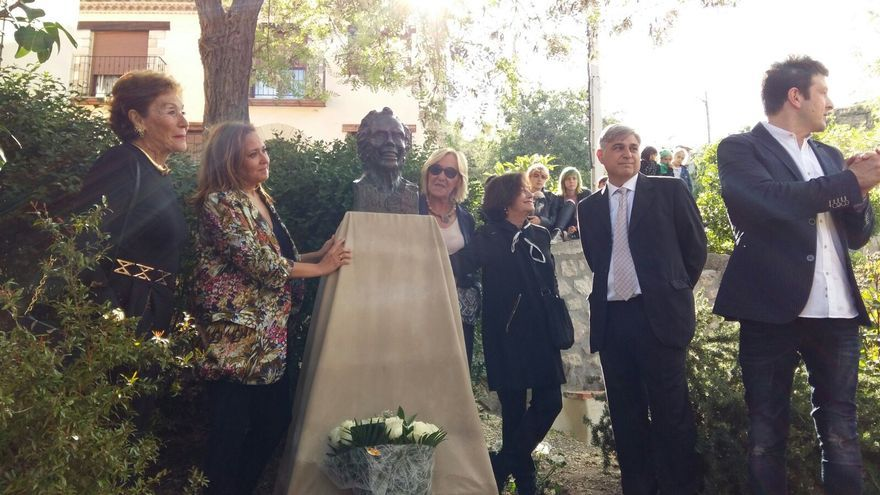 Los familiares de Pertegaz y la consejera de Cultura, Mayte Pérez, descubriendo el busto del artista en Olba.