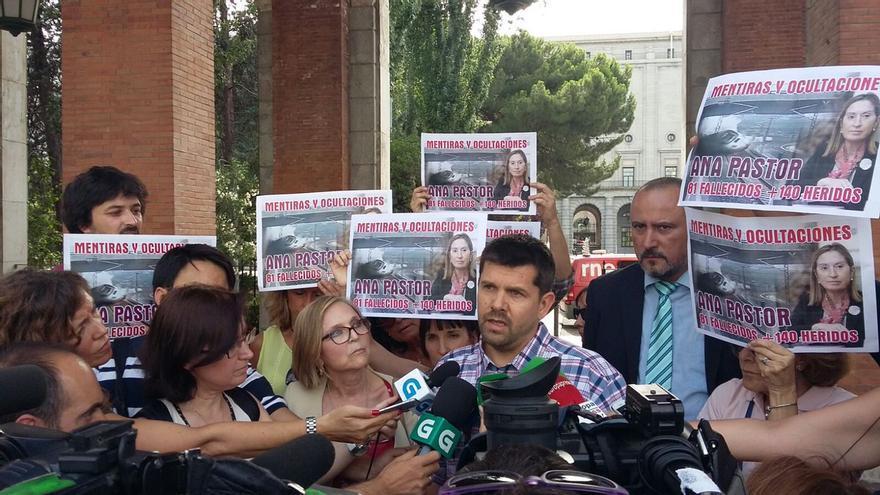 El presidente de la plataforma de víctimas del Alvia, Jesús Domínguez, antes de entrar en el Ministerio de Fomento
