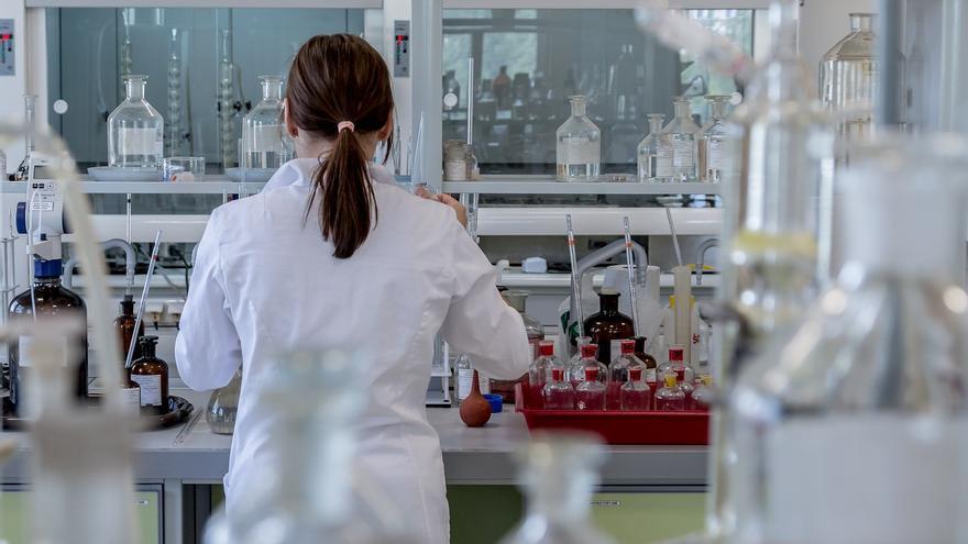 Imagen de una investigadora en un laboratorio.