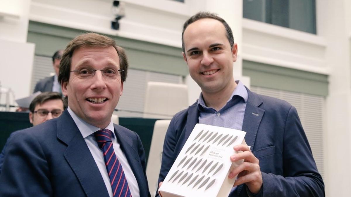 El alcalde de Madrid con el concejal José Manuel Calvo después de que este le regalara un libro.