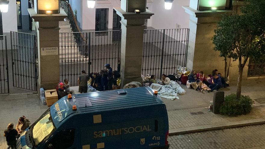 Varias familias de solicitantes de asilo a las puertas del Samur Social.