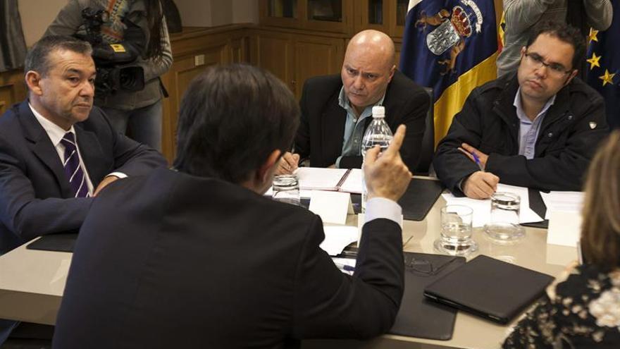 El presidente del Gobierno canario, Paulino Rivero (i), durante la reunión mantenida con los principales organizaciones sindicales, hoy en Las Palmas de Gran Canaria, con quienes ha abordado la situación de la concertación social en las islas y la renovación del Régimen Económico y Fiscal.