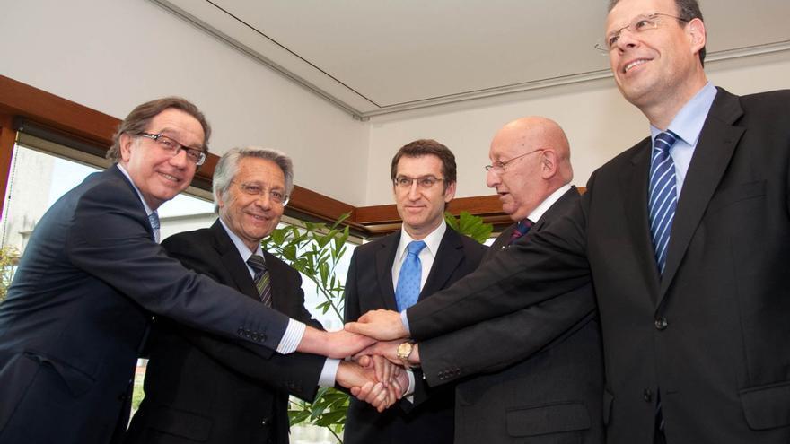 Feijóo y exdirectivos de Caixanova y Caixa Galicia, celebrando la fusión en 2010
