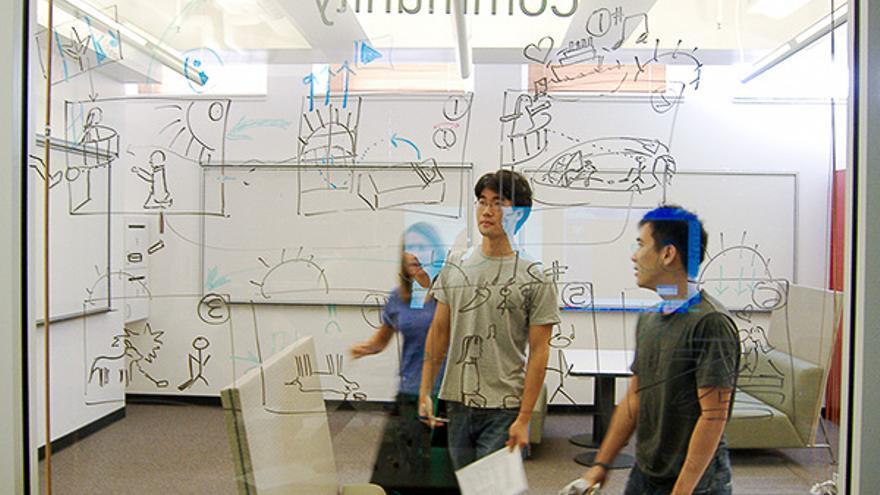 Estudiantes de Stanford desarrollando un producto en una clase de emprendimiento