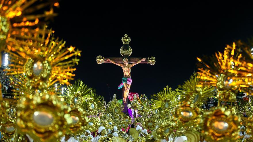 """La crucifixión de un joven negro de la favela fue uno de los momentos cumbre del desfile """"La verdad os hará libres"""", de la Estação Primeira de Mangueira."""