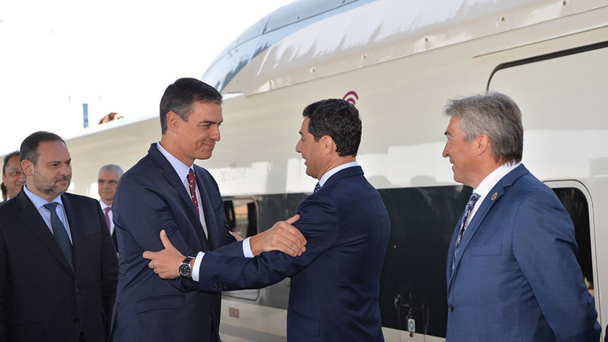 El presidente andaluz, Juanma Moreno, saluda al presidente del Gobierno, Pedro Sánchez, en la inauguración de la línea de AVE Madrid-Antequera-Granada
