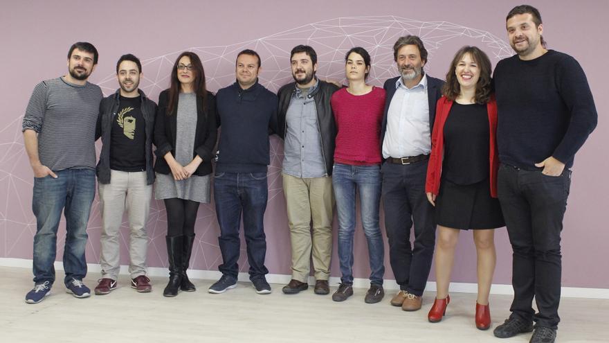 La diputada regional de Podemos Isabel Serra (4d), antes de la reunión mantenida entre su partido y representantes de IU Madrid, entre ellos Mauricio Valiente (3d) y Sol Sánchez (3i), en una imagen de 2017.