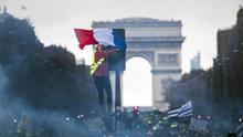 """Los chalecos amarillos de la Francia invisible, en la calle contra """"el presidente de los ricos"""""""