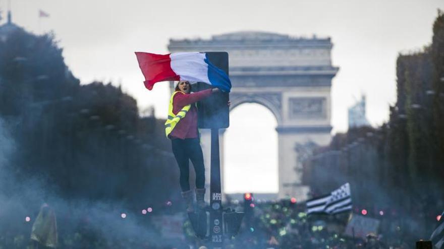 """Los """"chalecos amarillos"""" tratan de acercarse al palacio del Elíseo en París"""