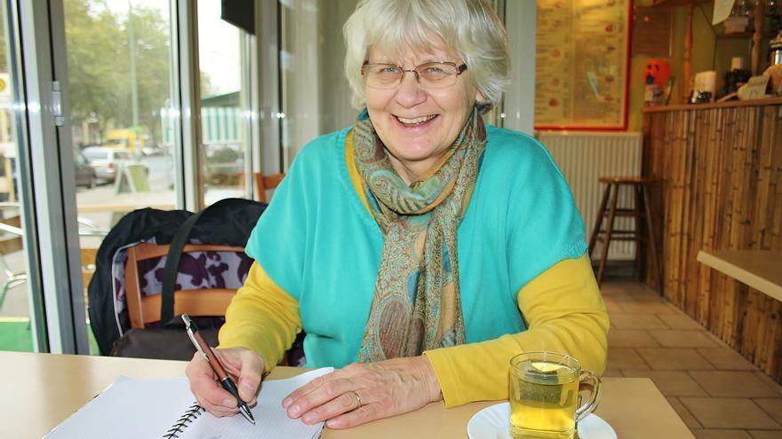 La alemana Irmela Mensah-Schramm es famosa porque lleva más de tres décadas borrando pintadas neonazis