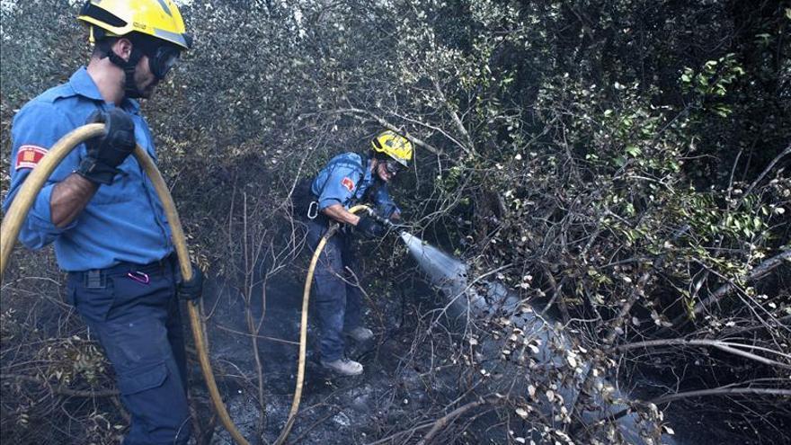 Los bomberos remojan las brasas para evitar que el fuego se reavive en Girona