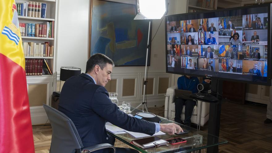 El presidente del Gobierno, Pedro Sánchez, durante la primera videoconferencia con los presidentes autonómicos desde la Moncloa