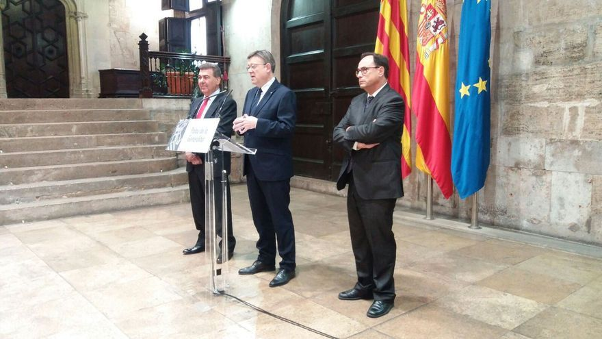 Ximo Puig junto al presidente de Air Nostrum, Carlos Bertomeu (i) y el conseller Vicent Soler (d)