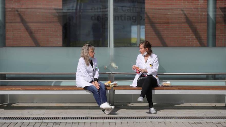 Trabajadores sanitarios se toman un descanso en el hospital temporal de Ifema, habilitado para tratar a pacientes de coronavirus, en Madrid, este viernes.
