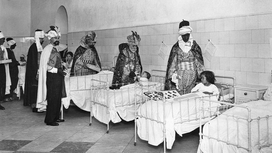 Foto4.-1926 Los virreyes  visitan a los niños enfermos de la Sala del Rosario del Hospital Central (actual sede del Parlamento de Andalucía). Desde 1925 una comisión se desplazaba a los centros benéficos más alejados del recorrido oficial para hacer la entrega de juguetes a los niños acogidos. Foto Ateneo de Sevilla