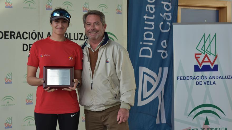 Martina Reino con su trofeo de campeona de España de Láser Radial.