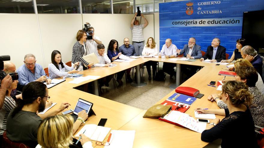 Reunión de la Mesa Sectorial de Educación presidida por Ramón Ruiz