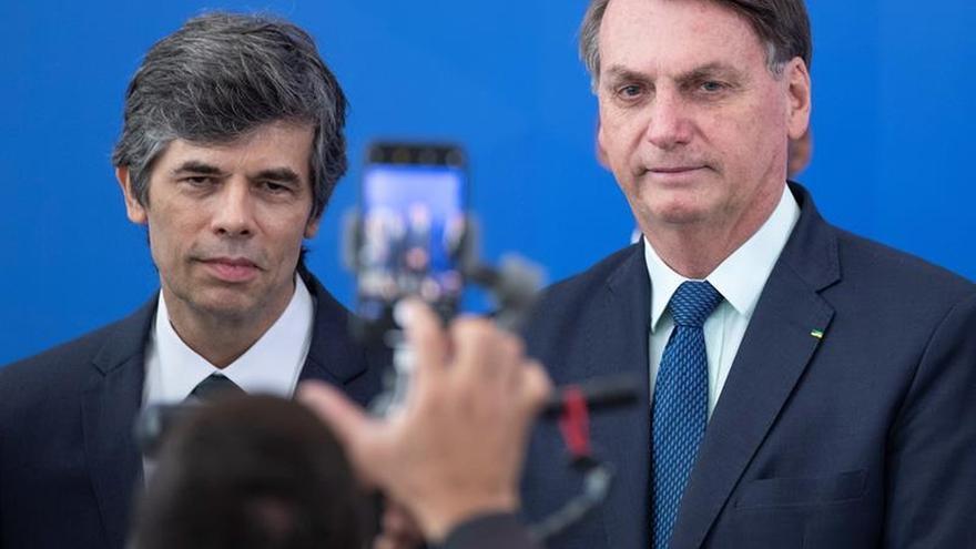 El presidente de Brasil, Jair Bolsonaro (d), y su nuevo Ministro de Salud, Nelson Teich (i), fueron registrados este viernes al posar, durante la posesión de Teich, en el Palacio do Planalto, en Brasilia (Brasil).