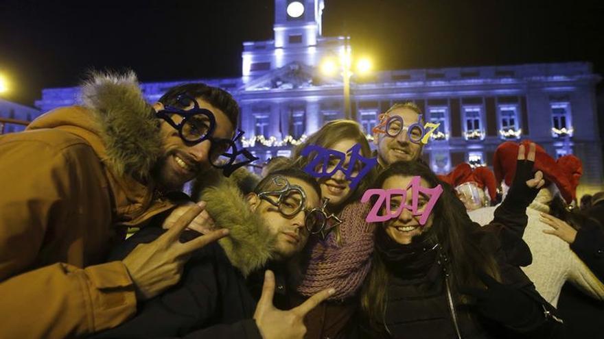 """Miles de personas """"calientan"""" la Puerta del Sol con las tradicionales preuvas"""