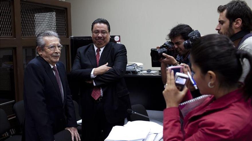 """Abogado dice que el sistema quiere """"colgar"""" a Ríos Montt por genocidio sin pruebas"""