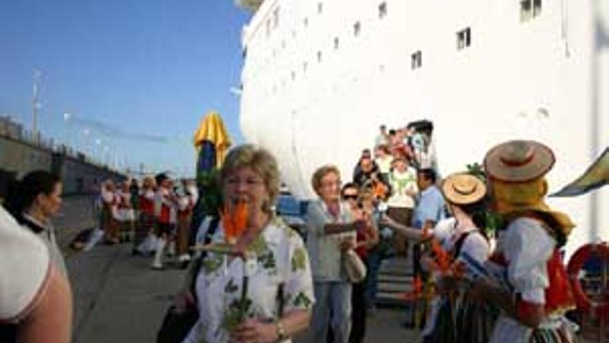 Flores para los turistas de un crucero que hizo escala en Canarias.