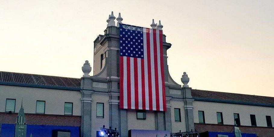 La bandera de EE.UU., en el Conde Duque | MIGUEL ÁNGEL MUÑOZ