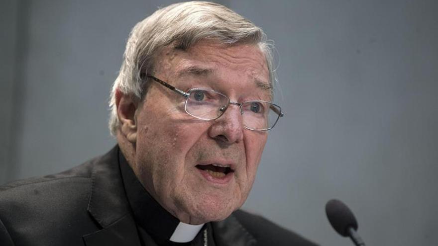El cardenal Pell regresa a Australia, donde es acusado de abusar de menores