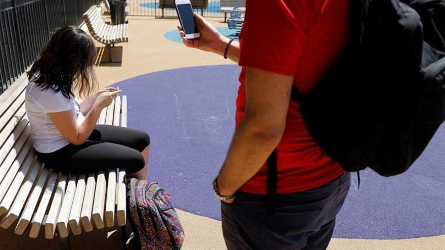 Los niños pasan más tiempo con móviles que jugando en la calle, según un estudio