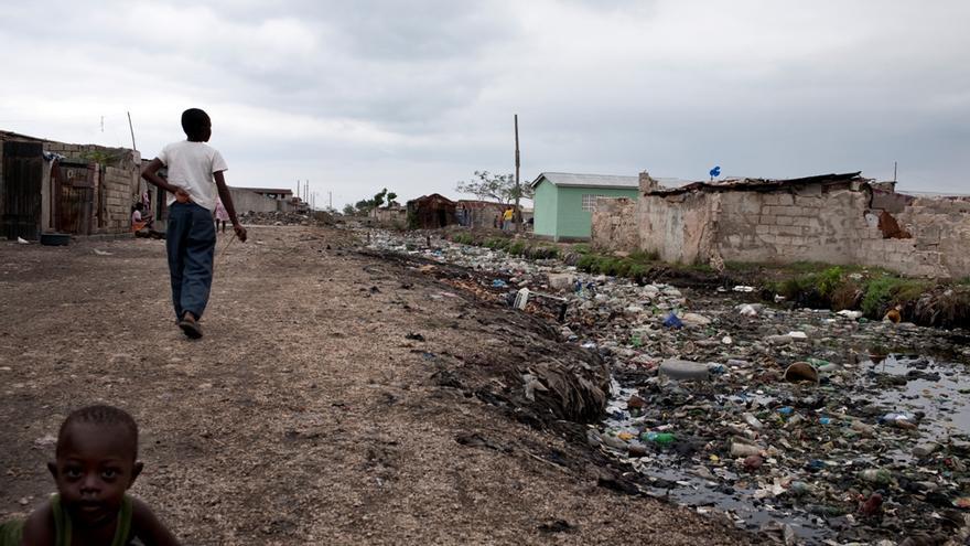 """10 de marzo de 2010. """"Haití ya tenía problemas de agua y saneamiento antes del terremoto, así que cuando éste sucedió, parecía la tormenta perfecta de los desastres, todo al mismo tiempo"""", Paul Jawor, especialista en agua y saneamiento de MSF. Basura y desperdicios en un canal en Cite Soleil. Fotografía: Michael Goldfarb/MSF"""