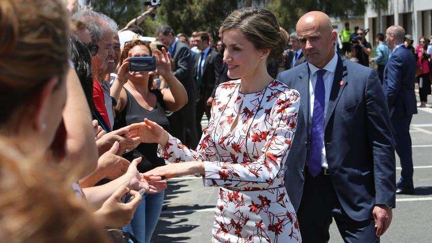 La reina Letizia saluda a los ciudadanos