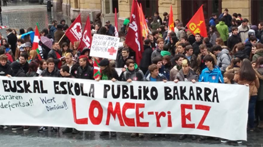 Concentración de estudiantes contra la LOMCE frente al Teatro Arriaga de Bilbao./ EDN.