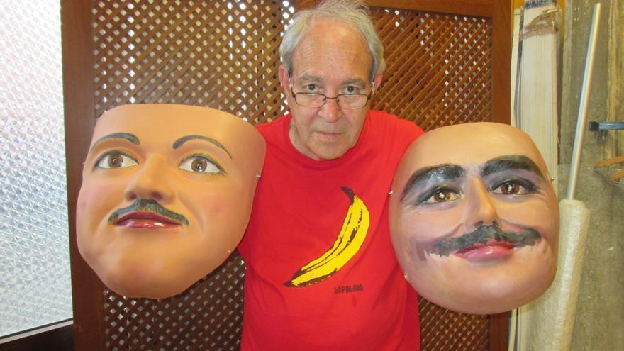 Luis Martín muestra dos de sus caretas en su taller. Foto: LUZ RODRÍGUEZ