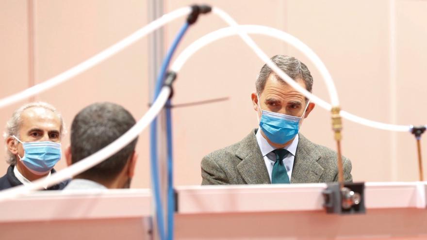 Felipe Vi, durante su visita al hospital de campaña de IFEMA.