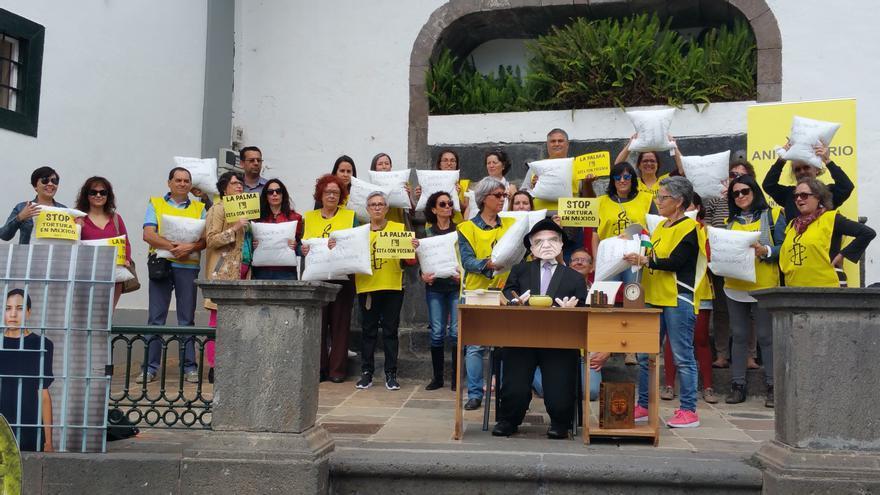 Los activistas de Amnistía Internacional este sábado en la Plaza de España. Foto: LUZ RODRÍGUEZ.