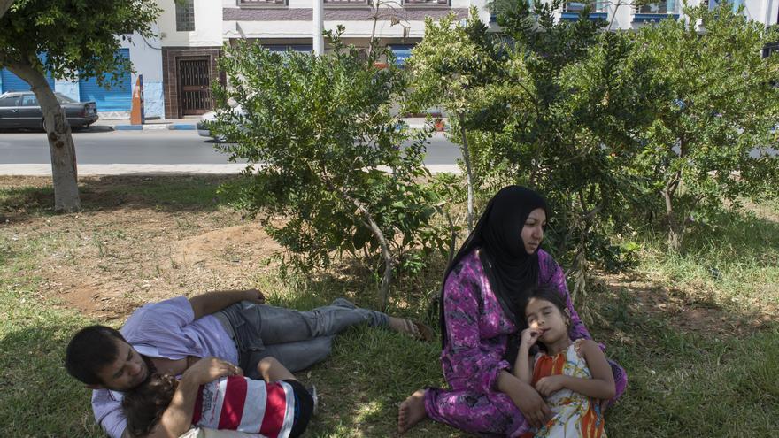 Una famlia de refugiados sirios reposan en un parque de la ciudad marroquí de Nador a la espera de lograr cruzar la frontera de España y Marruecos/ Foto: Pedro Armestre - Save the Children