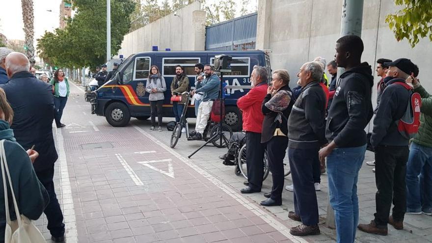 Un acto de protesta a las puertas del CIE de Zapadores