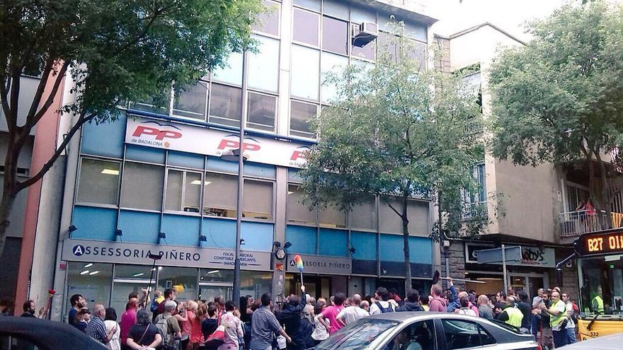Protesta contra la campanya d'Albiol a la seu del PP a Badalona