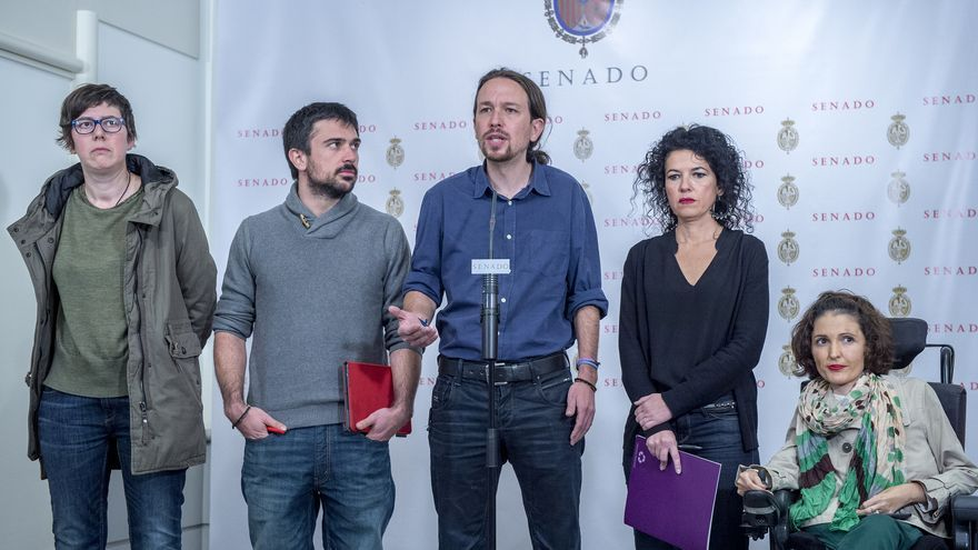 Pablo Iglesias, junto a los senadores de Podemos (de izquierda a derecha) Pilar Lima, Ramón Espinar, Maribel Mora y Virginia Felipe.