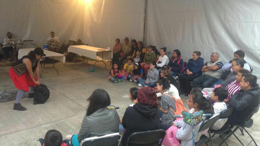 Un grupo de animación infantil actúa en uno de los albergues de Ciudad de México