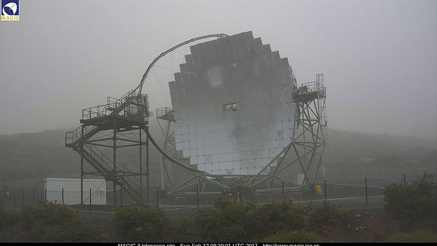 En la imagen, entorno del  Observatorio de Astrofísica de El Roque, este domingo, con uno de los telescopios MAGIC. Foto captada de la webcam de los MAGIC.