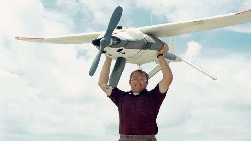 Un trabajador de la empresa McDonnell Douglas con uno de los drones que la compañía construyó para DARPA (Imagen: Cedida por Sharon Weinberger)