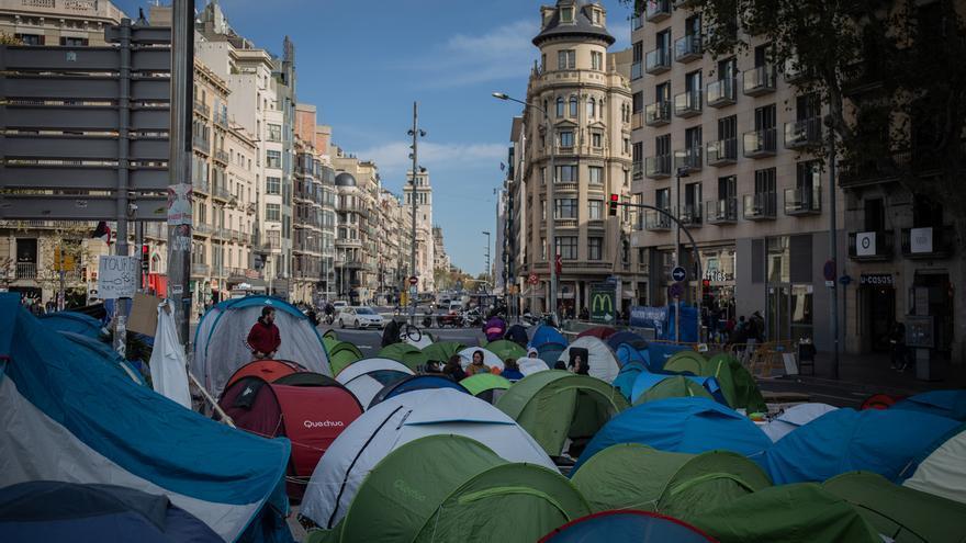 Agentes de la Guàrdia Urbana inician el desalojo de los acampados en plaza Universitat