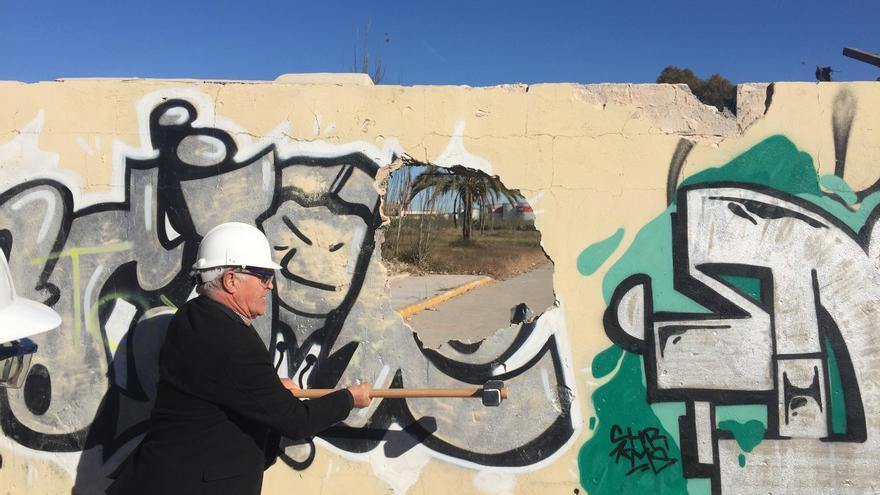 El alcalde de València, Joan Ribó, golpea el muro para abrir al público la parcela del futuro parque de desembocadura