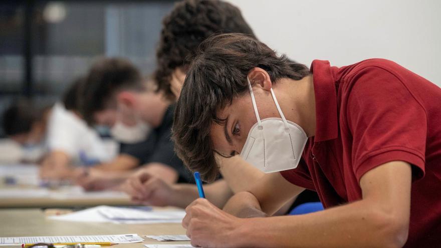 Alumnos realizando los exámenes de EBAU en el Campus de la Merced de la Universidad de Murcia.