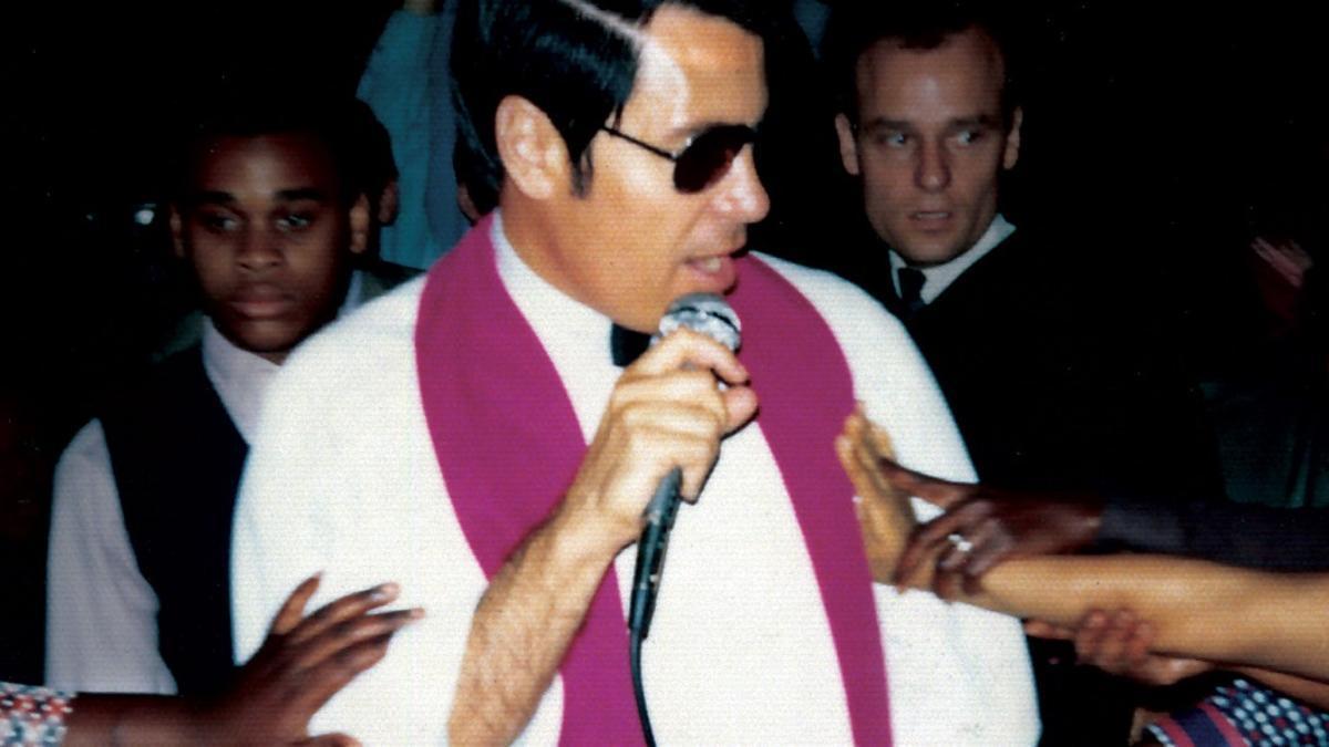 El reverendo Jim Jones, en uno de sus actos públicos