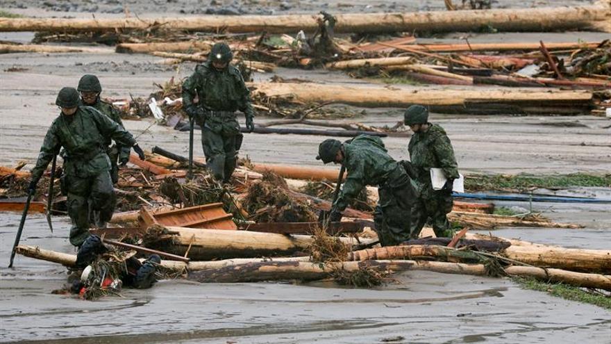 Abe visita las zonas arrasadas por lluvias mientras sigue el rescate de víctimas