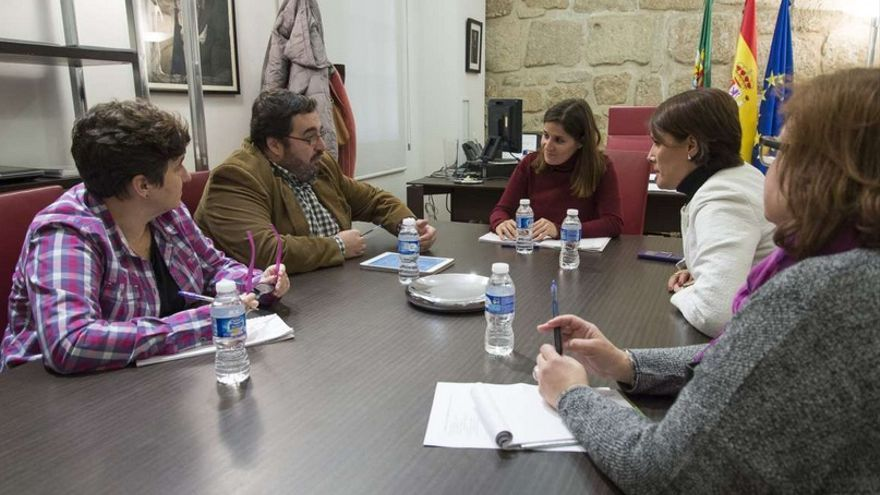 Momento de la reunión de la portavoz de la Junta con los colectivos LGTBI / GobEx