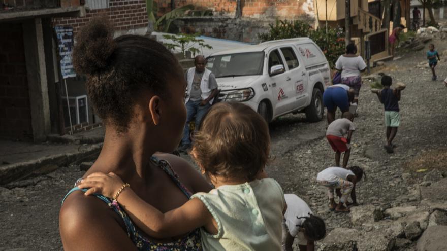 Una adolescente cuida al bebé de su vecino durante un taller de sensibilización sobre la violencia sexual realizado por MSF en el distrito de Brisas del Mar, Buenaventura.