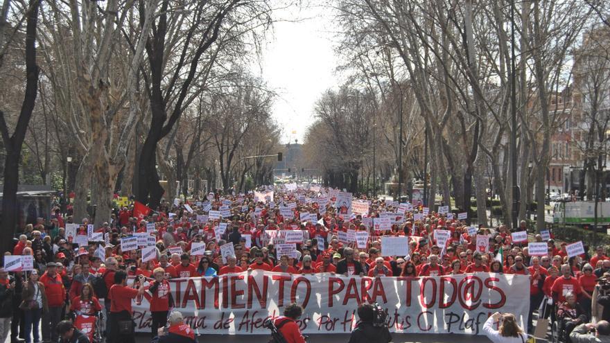 La plataforma de afectados por la hepatitis C sale a la calle de nuevo para pedir soluciones inmediatas al Gobierno. \ Mercedes Domenech