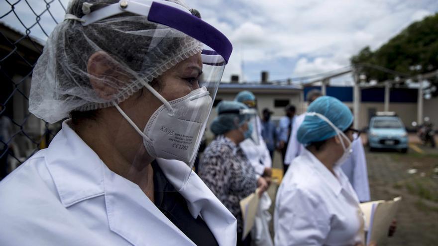 """Los médicos indicaron que en Nicaragua la transmisión comunitaria de COVID-19 muestra """"una curva en ascenso exponencial, sin medidas y políticas gubernamentales de contención y mitigación a nivel nacional""""."""